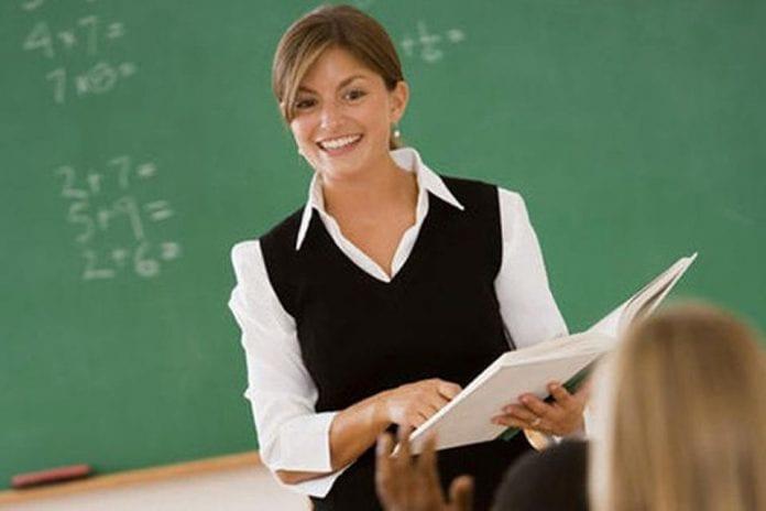 Эти ученики смеялись над неправильным ответом своего учителя, но были ошеломлены, когда она сказала им это!