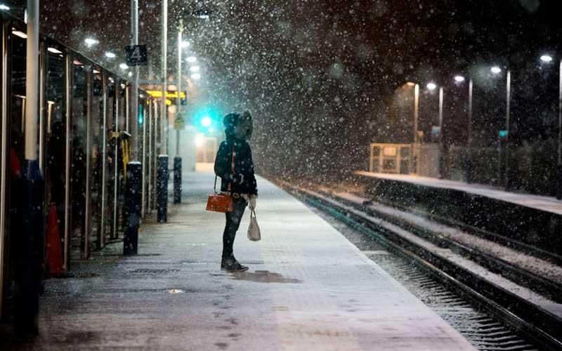 Поздний вечер, девушка стоит на платформе и ждет электричку. На платформу заходят четверо ментов… Будет смешно!